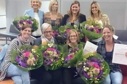 Wethouder Dijkman overhandigt diploma's aan pedagogisch medewerkers